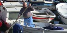 Hombre en una barca con un remo