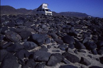 Caravana aparcada en medio de las rocas, Canarias