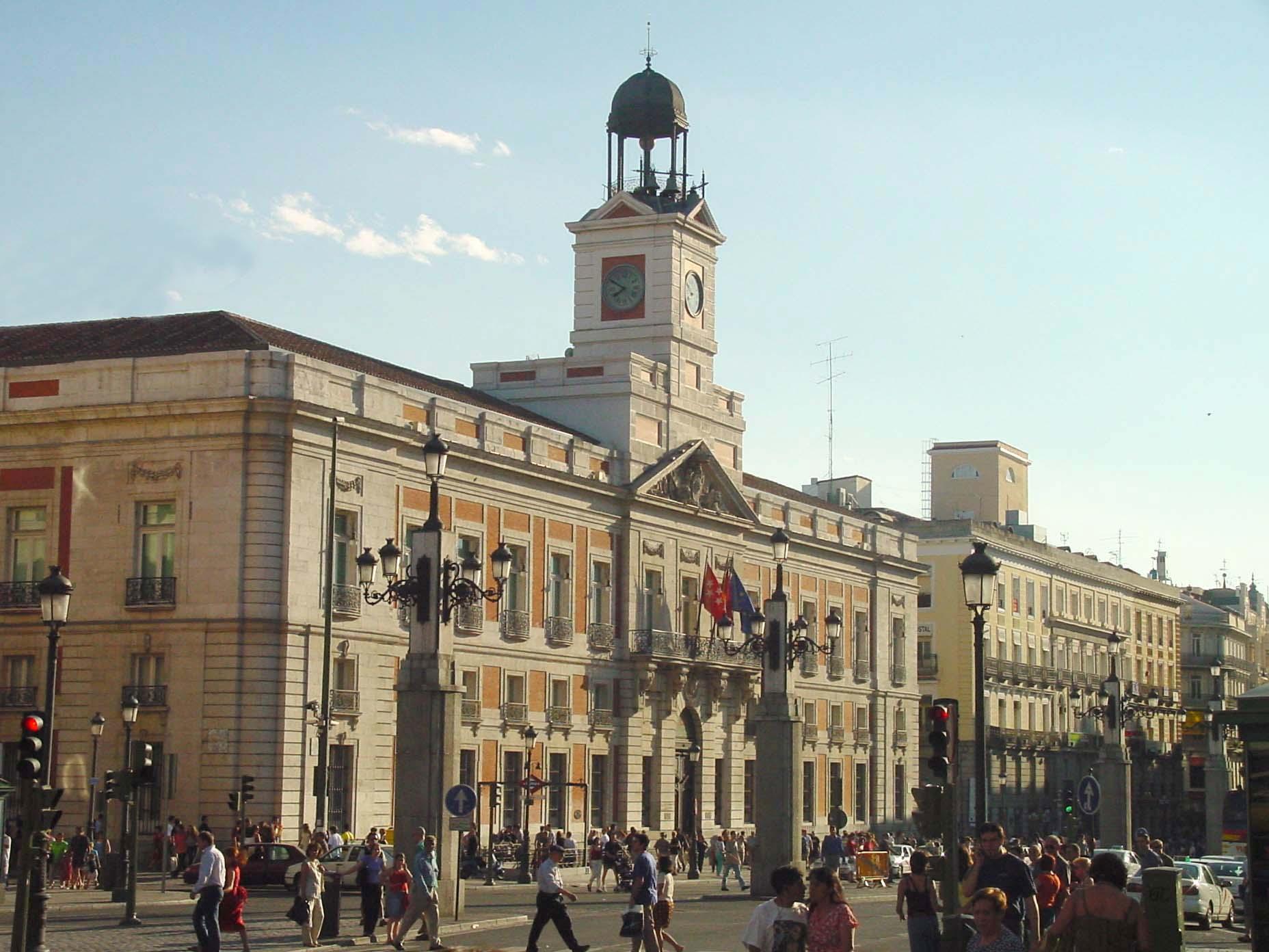 Vista lateral de la Puerta del Sol de Madrid