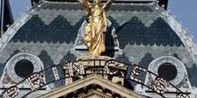 Escultura de bronce sobre un edificio
