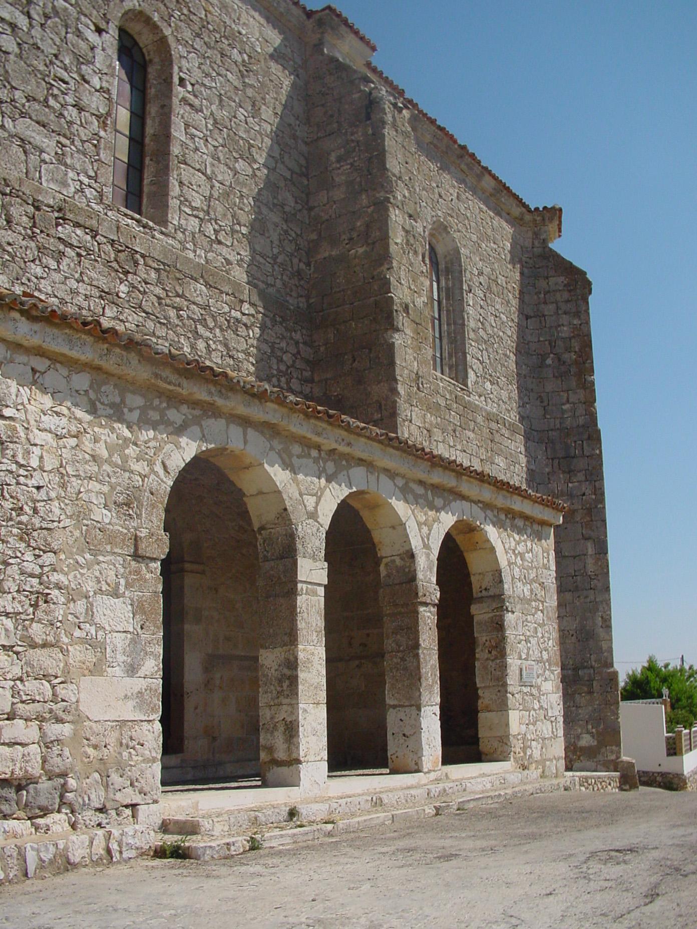 Arcos de piedra de iglesia en Los Santos de la Humosa