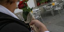 Mujer lleva rosas a la iglesia, Santiago d Compostela, La Coruña