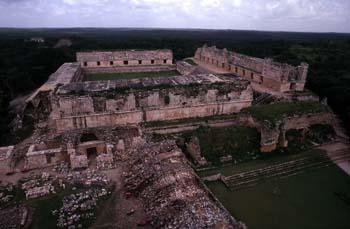 Vista del Cuadrángulo de las Monjas, desde la Pirámide del Adivi