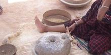Moliendo el grano, Matmata, Túnez