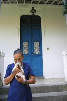 Mujer con un gato siamés, Olinda, Pernambuco, Brasil