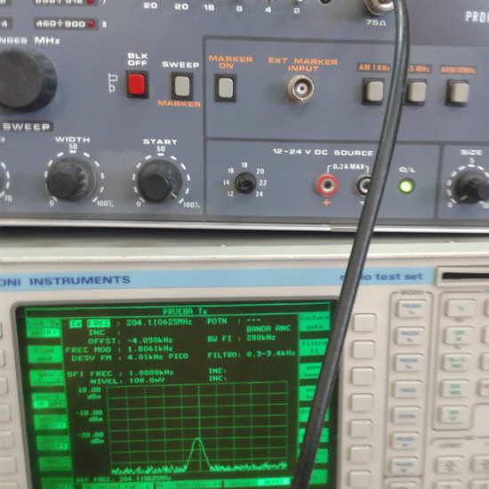 Analizador de espectros conectado a generador de radiofrecuencia de potencia programable
