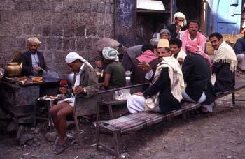 Grupo de personas en un restaurante de Hajjah, Yemen