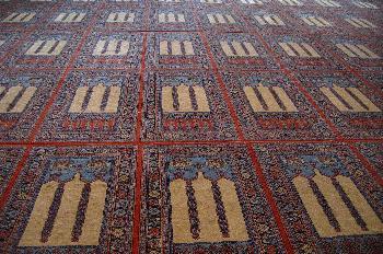 Alfombra en la sala de oraciones, Mezquita Azul, Estambul, Turqu
