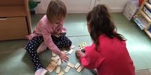 Buddies: 5 años y sexto enseñando a jugar.