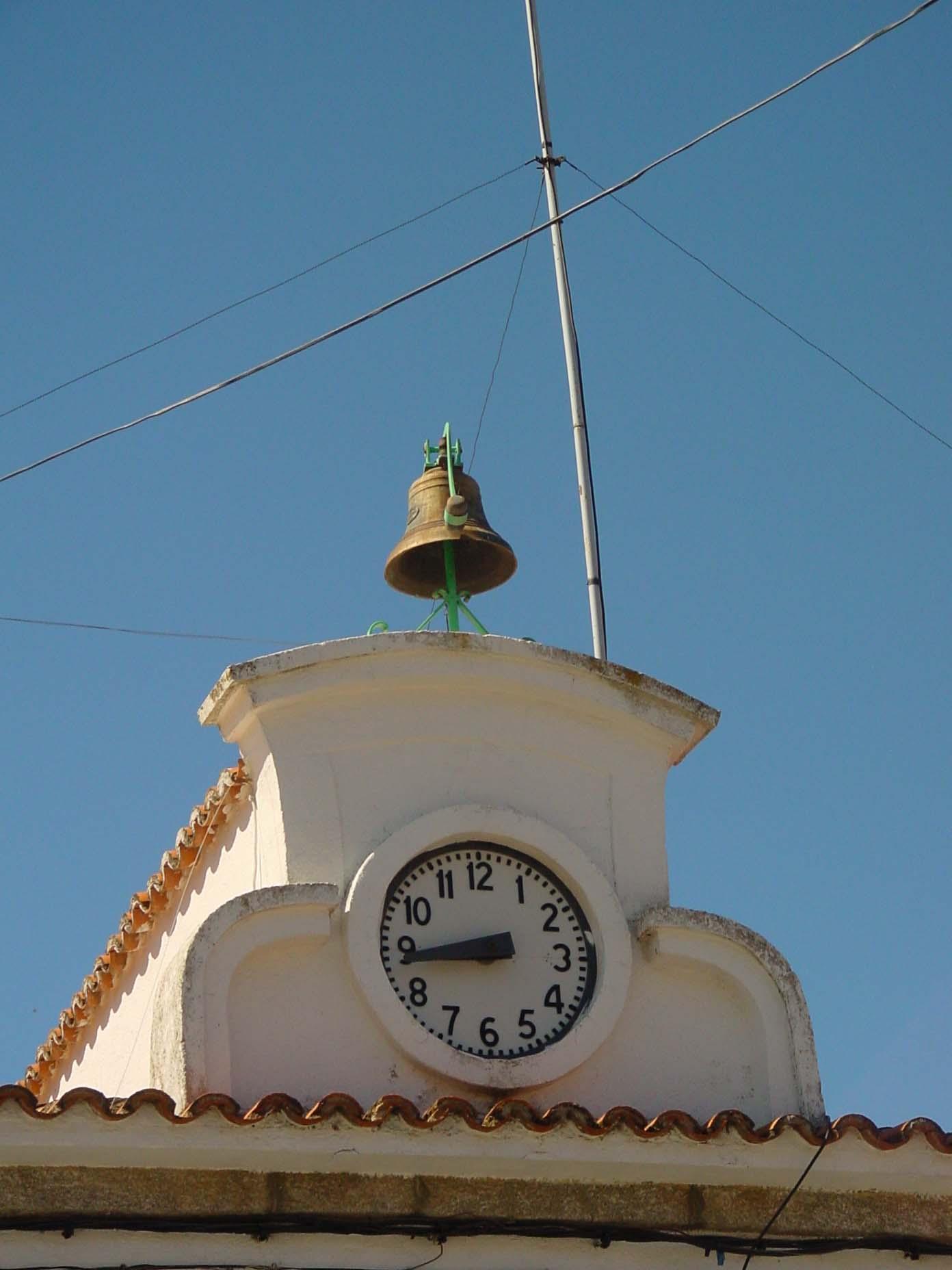 Torre con reloj en Valdemaqueda