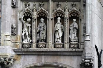 Estatuillas encima de la puerta de la Provinciehuis, Brujas, Bél