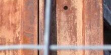 Viga de metal oxidada