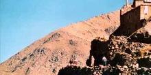Bereberes y casa construída en la ladera de una montaña, Aroumd,