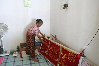 Trabajando las telas, Melaboh, Sumatra, Indonesia