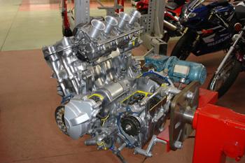 Motor seccionado de 4 cilindros de motocicleta