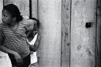 Niñas en la puerta de su chabola, favelas de Sao Paulo, Brasil