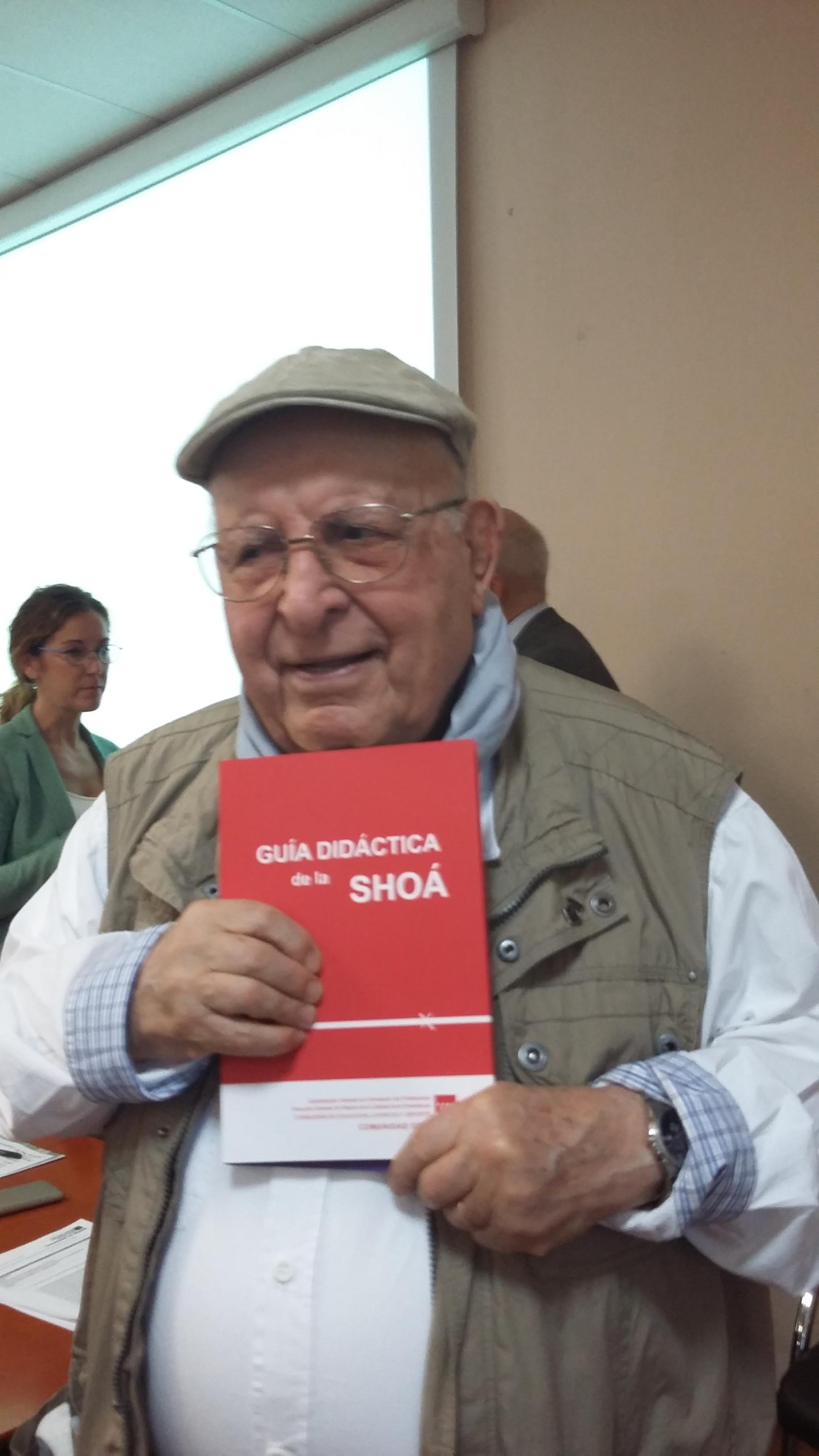 """Isaac Borojovich con la """"Guía didáctica de la Shoá"""""""