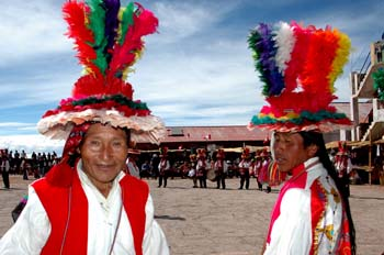 Indios de Taquile en la fiesta de Santiago apostol, Perú