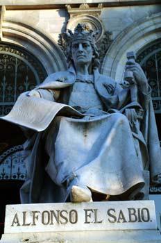 Estatua de Alfonso X El Sabio en la Biblioteca Nacional, Madrid