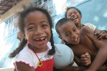 Niños de Quilombo delante de la escuela del pueblo, Sao Paulo, B