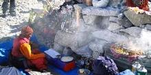 Monje ante Puja con equipo de expedición y artefactos para la ce