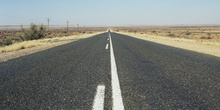 Carretera rectilínea en el desierto del Kalahari, Namibia