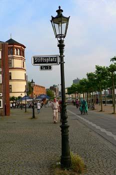 Farola con señalización de calle en Dusseldorf, Alemania