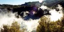 Nubes de vapor en crater volcanico en Waimangu, Nueva Zelanda