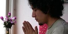 Chico rezando