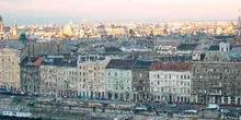 Barcaza y vista de Pest, Budapest, Hungría