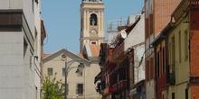 Calle con campanario de iglesia al fondo en Getafe