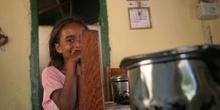 Niña de Quilombo en la cocina de su casa