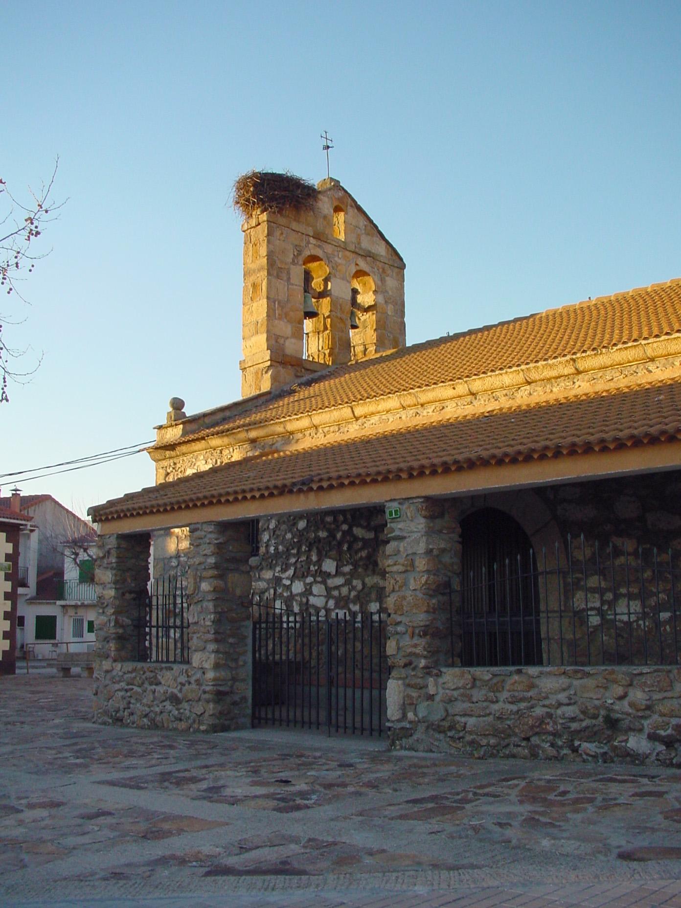 Vista lateral de iglesia en La Serna del Monte