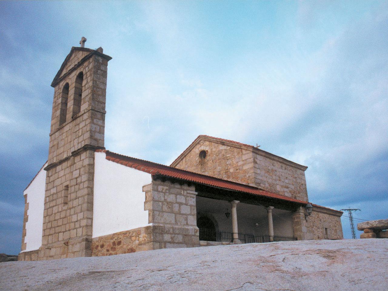 Vista lateral de iglesia en Lozoyuela