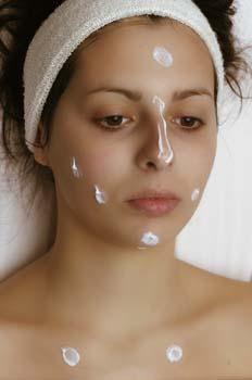 Limpieza facial: aplicación de base hidratante