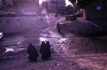 Grupos de mujeres atravesando el acceso a la ciudad vieja de San