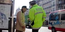 Policía municipal ayudando a un anciano