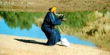 Anciano con una serpiente durante un espectáculo, Marruecos
