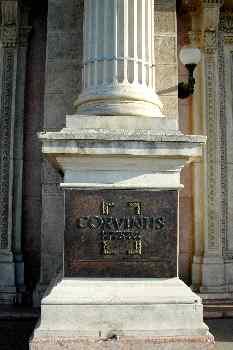 Columna con letrero de la Universidad de Corvinus, Budapest, Hun