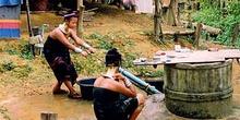 Mujeres jirafa sacando agua, Tailandia