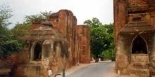 Puerta medieval en Bagan, Myanmar