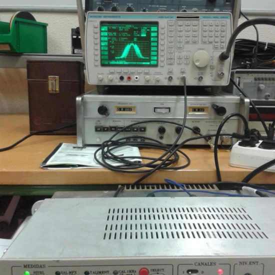 Analizador de espectros mostrando señal modulada en FM