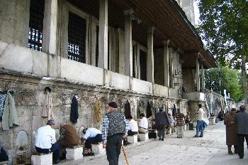 Personas limpiando sus pies antes de entrar a la mezquita, Estam