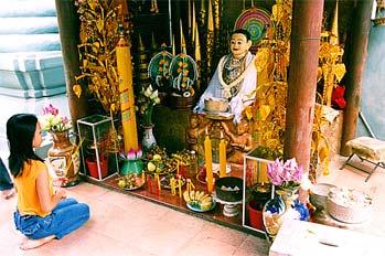 Niña rezando a diosa de la suerte Phnom Penh, Camboya