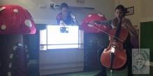 La oruga glotona. Mesa de luz, violonchelo