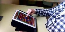 Movimiento vertical del dedo de abajo a arriba en una tablet.