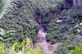 Río Pastaza y Puente Colgante en la Vía Baños en Puyo, Ecuador