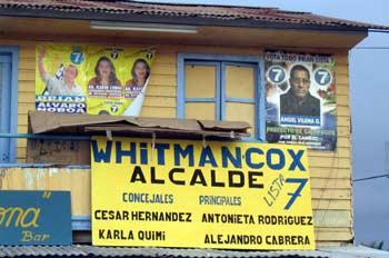 Carteles de propaganda electoral en el Puerto Baquerizo Moreno,