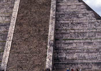 Vista lateral de la cara norte de El Castillo, Chichén Itzá, Méx