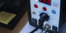 Herramientas básicas para desoldar componentes SMD en un taller de electrónica